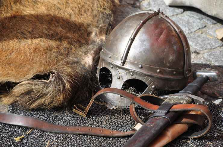 knight-armor-helmet-weapons-161936.jpeg